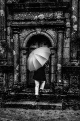 Die Frau mit dem Regenschirm erhält keinen Einlass! (81)