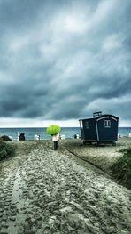 Die Frau mit dem Regenschirm erreicht das Meer bei Regen (48)