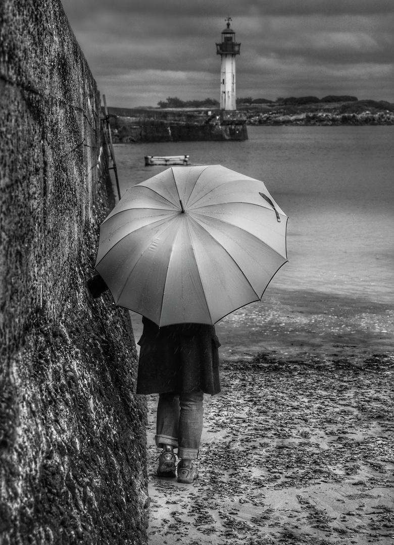 Die Frau mit dem Regenschirm; erreicht den Leuchtturm von Moguériec!