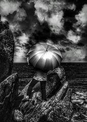 Die Frau mit dem Regenschirm erreicht den wilden Pointe de Primel (64)