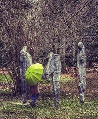 Die Frau mit dem Regenschirm, erreicht die stummen Wächter (38)