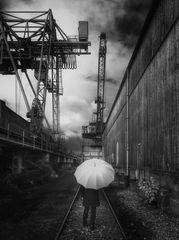 Die Frau mit dem Regenschirm; erreicht einen Hafen. (25)