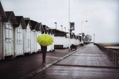 Die Frau mit dem Regenschirm erreicht Luc sur Mer noch gerade rechtzeitig. (58)