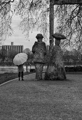 Die Frau mit dem Regenschirm findet Anschluss (33)