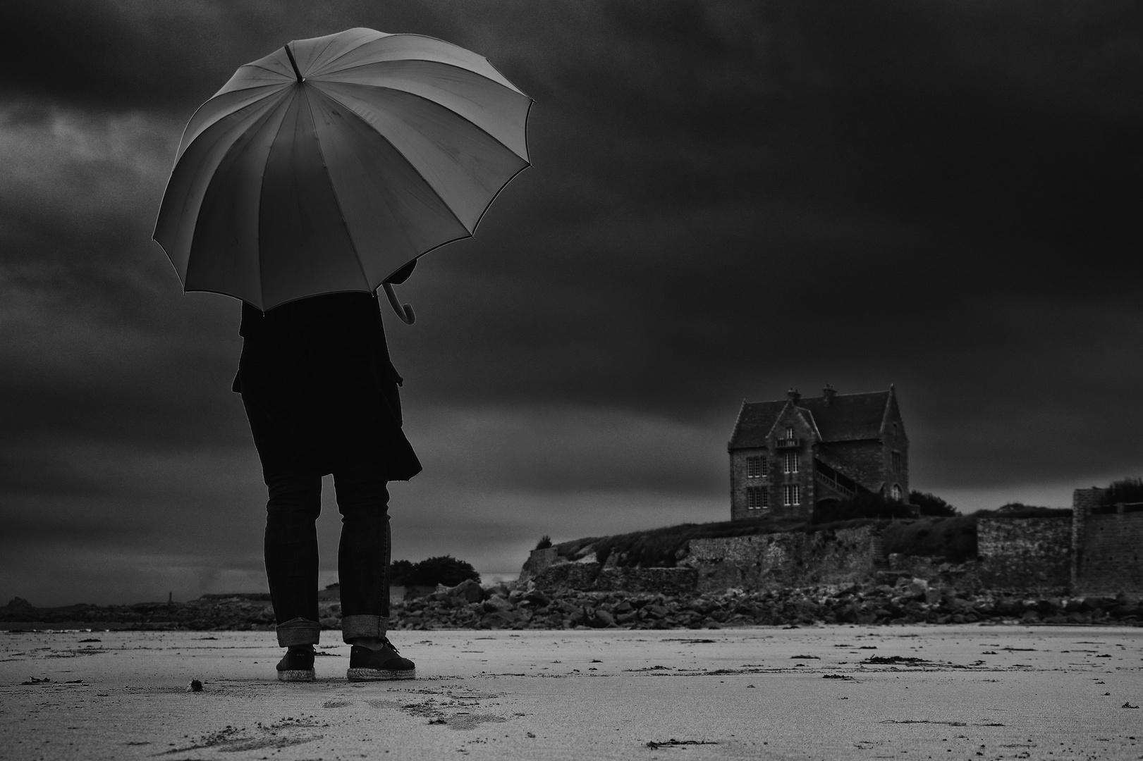 Die Frau mit dem Regenschirm, findet das Haus der Erinnerung!