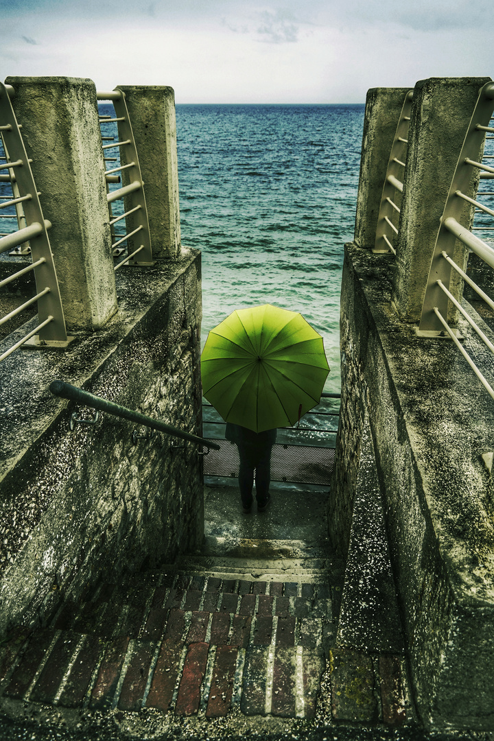 Die Frau mit dem Regenschirm findet eine Treppe zum Meer (60)
