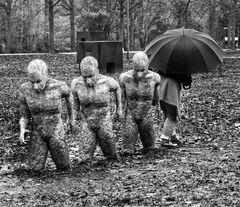 Die Frau mit dem Regenschirm; geht Ihren eigenen Weg (31)