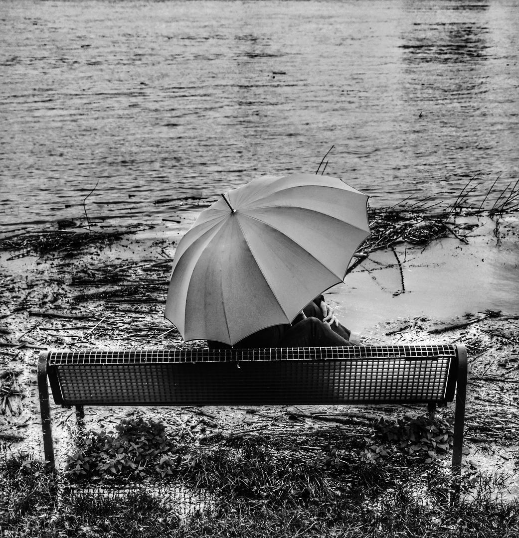 Die Frau mit dem Regenschirm hat die Fähre verpasst und muss nun warten (54)