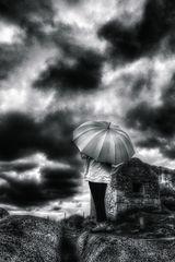 Die Frau mit dem Regenschirm hat ein Rendezvous mit den Wolken (93)