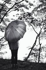Die Frau mit dem Regenschirm lauscht der -STILLE  (89)