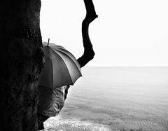 Die Frau mit dem Regenschirm macht eine kurze Rast! (85)