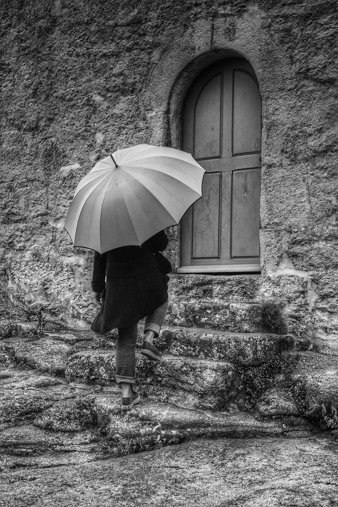 Die Frau mit dem Regenschirm; öffnet die Tür zur Weiterreise (29)