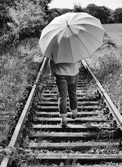Die Frau mit dem Regenschirm reist zunächst auf der Schiene weiter (46)
