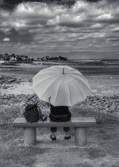 Die Frau mit dem Regenschirm, ruht sich aus!