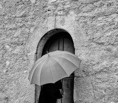 Die Frau mit dem Regenschirm, verlässt Ihre Burg, die Reise geht weiter (56)