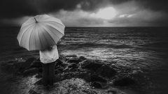 Die Frau mit dem Regenschirm verspürt Sehnsucht nach dem Meer  (51)