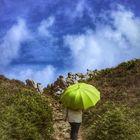 Die Frau mit dem Regenschirm wandert weiter auf dem GR34 (68)