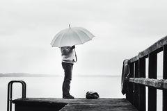 Die Frau mit dem Regenschirm wartet auf den Fährmann (45)
