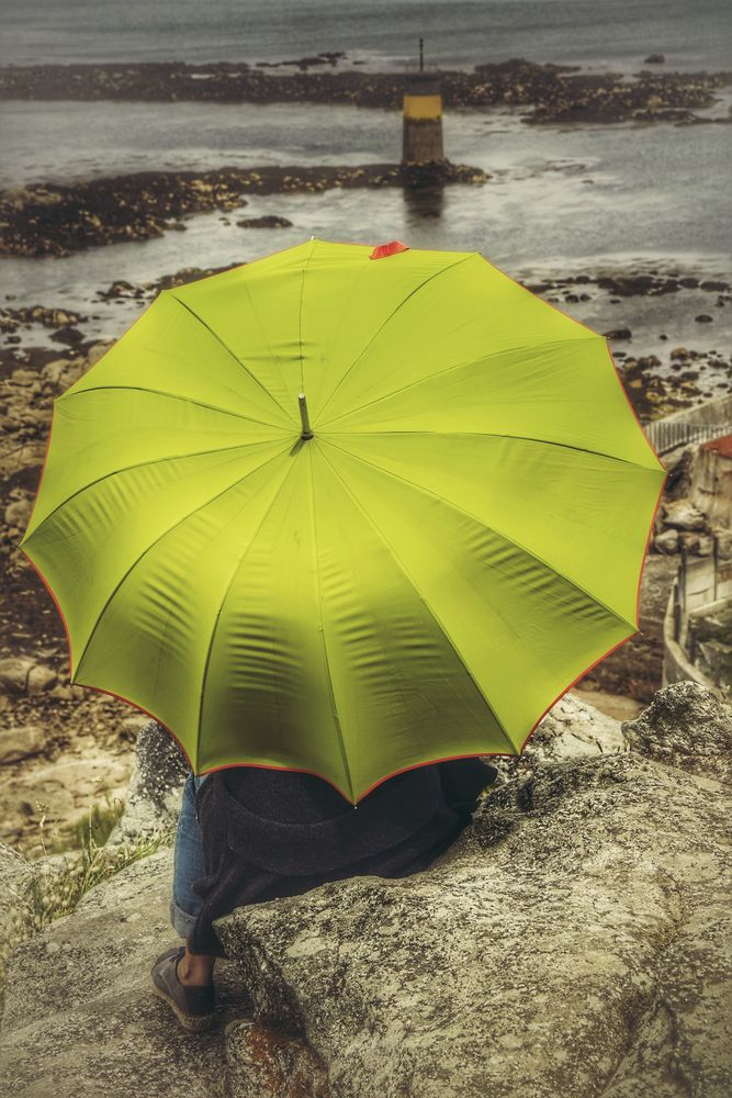 Die Frau mit dem Regenschirm wartet auf die Fähre zur Île de Batz (52)