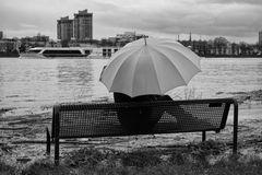 Die Frau mit dem Regenschirm wartet auf ein Schiff das nie bei ihr anlegt. (35)