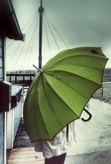 Die Frau mit dem Regenschirm wartet den Regen ab.(49)