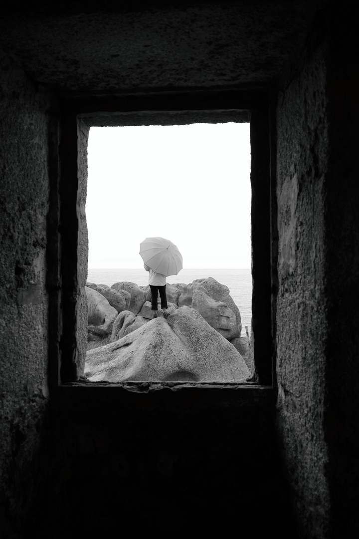 Die Frau mit dem Regenschirm wird beobachtet. (62)