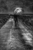 Die Frau mit dem Regenschirm,......macht einen Spaß!