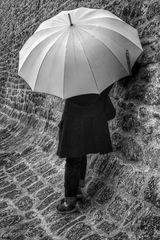 Die Frau mit dem Regenschirm.......ruht sich aus. (76)