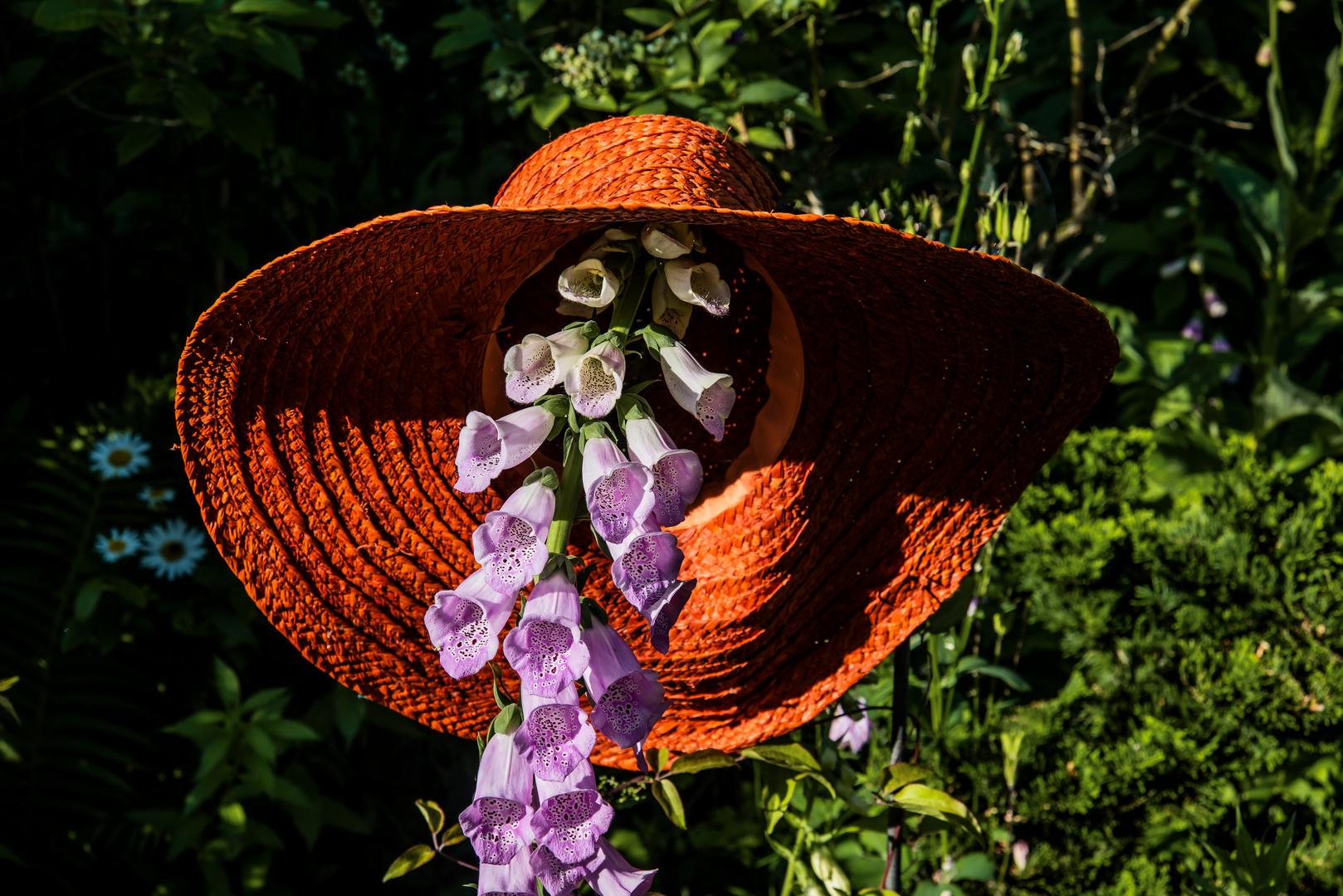 Die Frau von Welt - im Garten trägt sie Hut