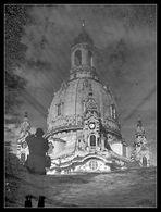 Die Frauenkirche, die Wasserpfütze und der Fotograf -r-