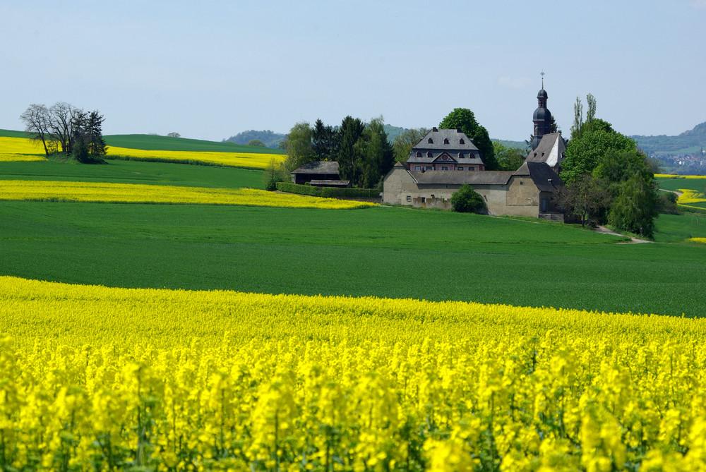 Die Fraukirch in der Pellenz / Vordereifel mit Hofgut