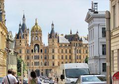 Die Fußgängerzone in Schwerin endet direkt am Eingang zum Schweriner Schloß