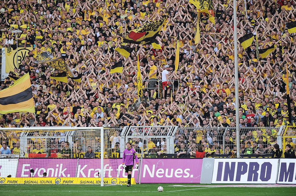 Die gelbe wand foto bild sport ballsport fu ball - Fotos an die wand ...