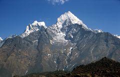 Die Gipfel von Thamserku (6623m), rechts und Kang Taiga (6685m)