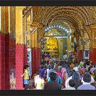 Die Gläubigen in der Maha Muni Pagode