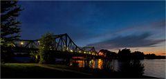 Die Glienicker Brücke in der Nacht