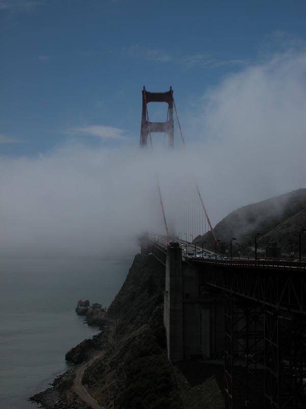 Die Golden Gate Bridge im Nebel verhüllt