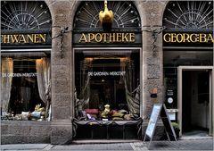... die Goldener-Schwan-Gardinenwerkstatt-Apotheke ...