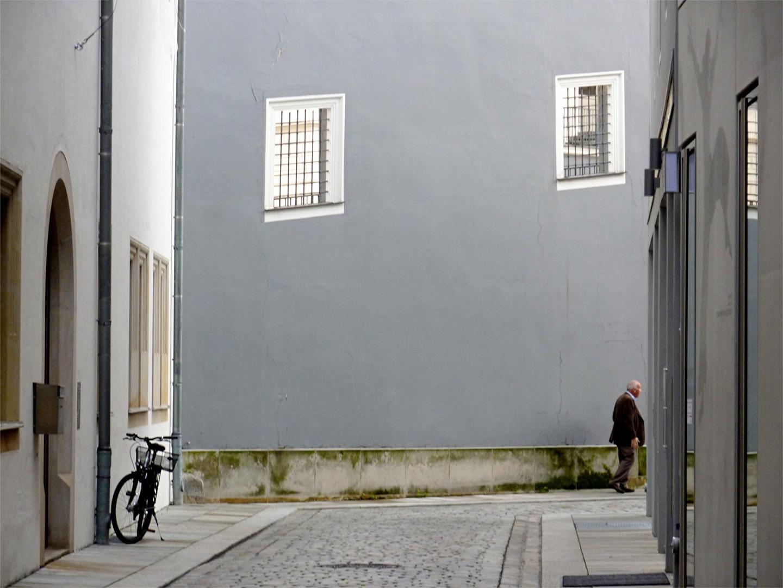 die graue wand der mann und das fahrrad foto bild. Black Bedroom Furniture Sets. Home Design Ideas