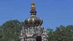 Die Greife unterhalb der Krone des Kronentores des Dresdner Zwingers...