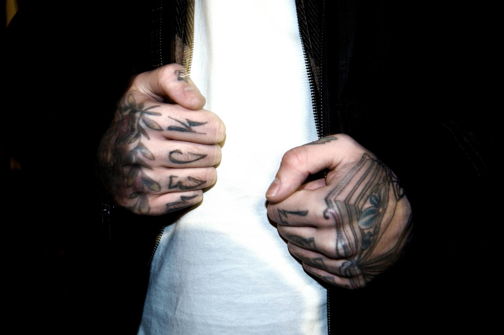 Die Hände eines Tätowierers.