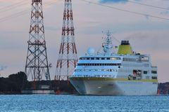 Die Hamburg unter den höchsten Strommasten Europas