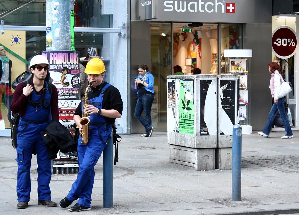 Die Helmpflicht für Straßenmusiker