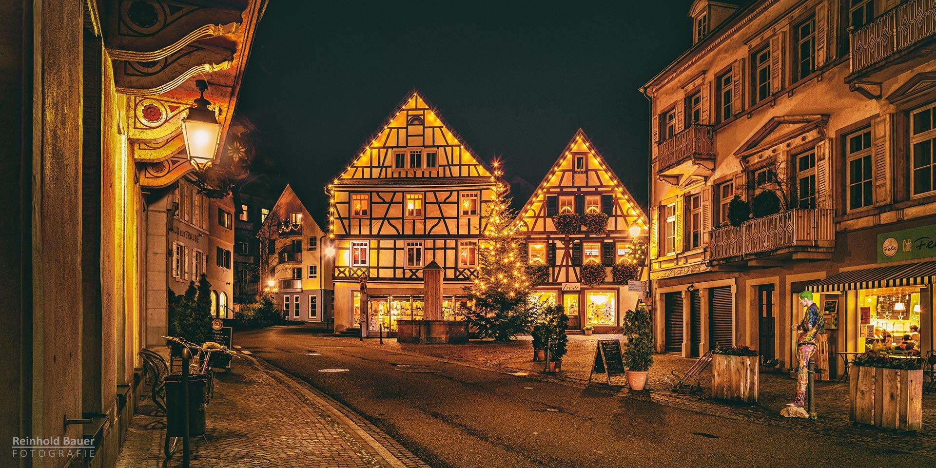 Die historische Altstadt von Gernsbach hat Weihnachtsschmuck angelegt