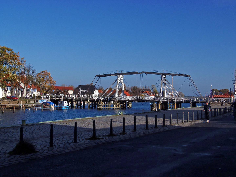 die historische Zugbrücke ...