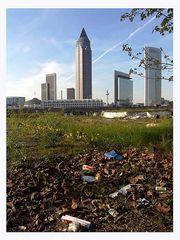 Die Hochhäuser, das Brachland und der Müll