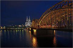 Die Hohenzollernbrücke bei Nacht