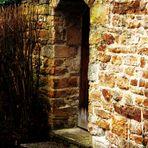 die Holztür in der Mauer