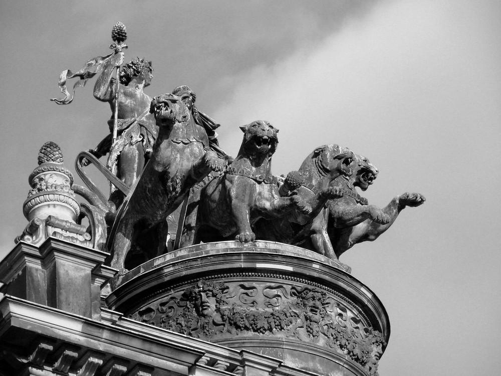 Die imposante Panterquadriga auf der Semperoper in Dresden (SW)