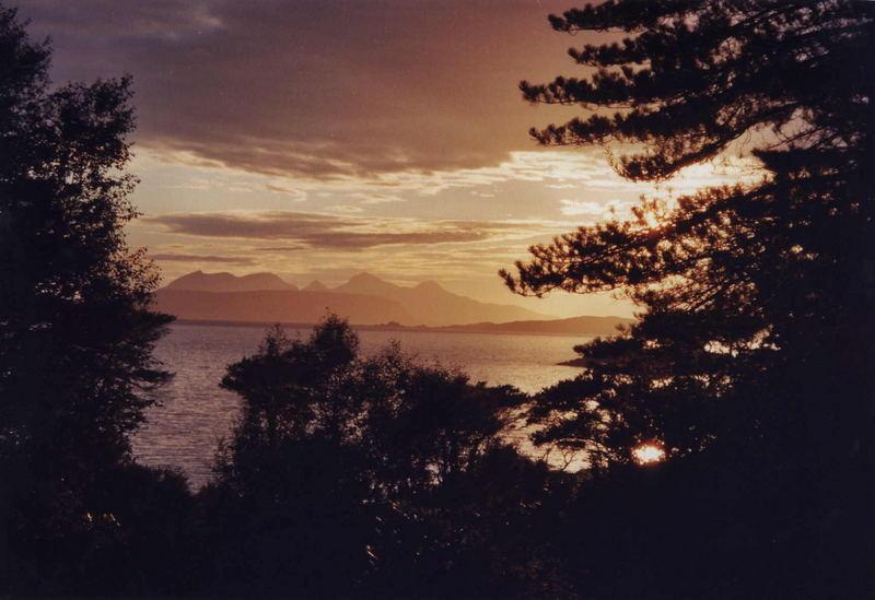 Die Insel Rhum in Schottland in der Abendsonne